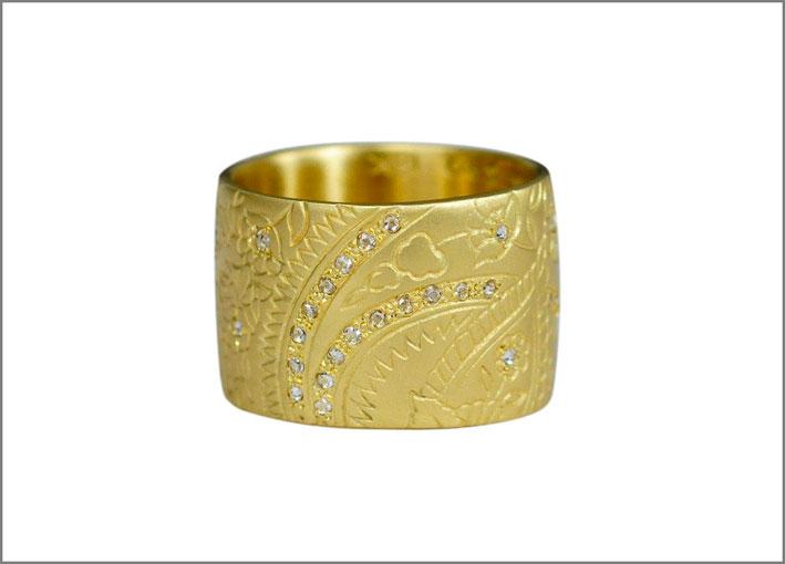 Anello con disegni Paisley e diamanti incastonati