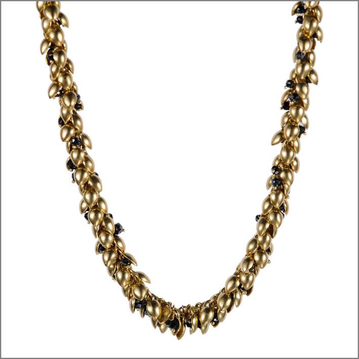 Collana in oro con diamanti neri e perline