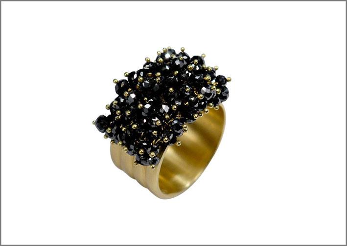 Anello in oro con diamanti neri