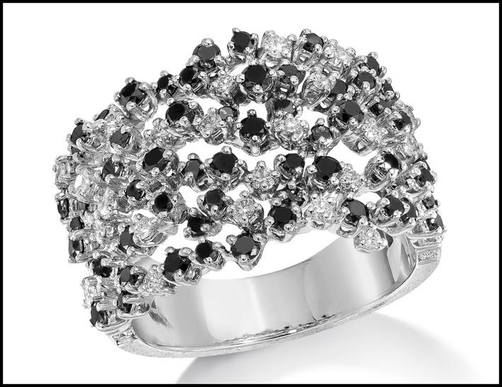 Anello in oro e diamanti bianchi e neri. Prezzo: 4340 dollari