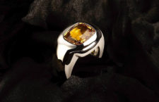 Anello in oro 18 carati con diamante fancy