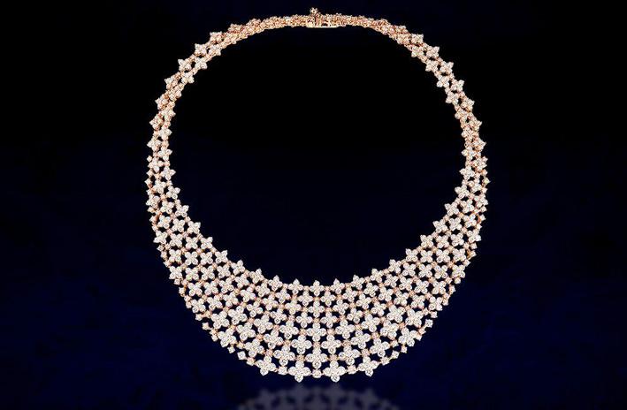 La collana di oro rosa e diamanti esposta alla Triennale di Milano