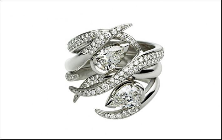 Anello composto da tre pezzi che si incastrano, con due diamanti taglioa pera, in oro bianco. Prezzo: 20343 sterline (tutti e tre)