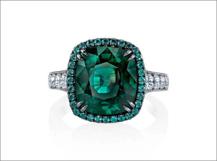 Anello con zaffiro fancy green e diamanti