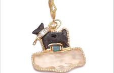 Figura di cane che risale a 1500 avanti Cristo, realizzata con opale, smeraldi, diamanti e zaffiri orange. Prezzo: 29.000 dollari
