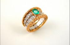 Anello in oro giallo e bianco, 12 diamanti e smeraldo