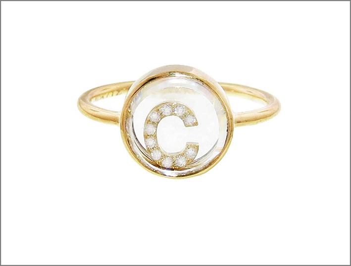 Anello in oro e diamanti con la lettera C