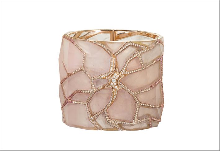 Pink cristal cuff. Oro rosa, cristallo di rocca, diamanti, rubini, zaffiri