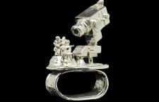 Tutto sotto controllo: l'anello Monitoring della scultrice Rebecca Rose