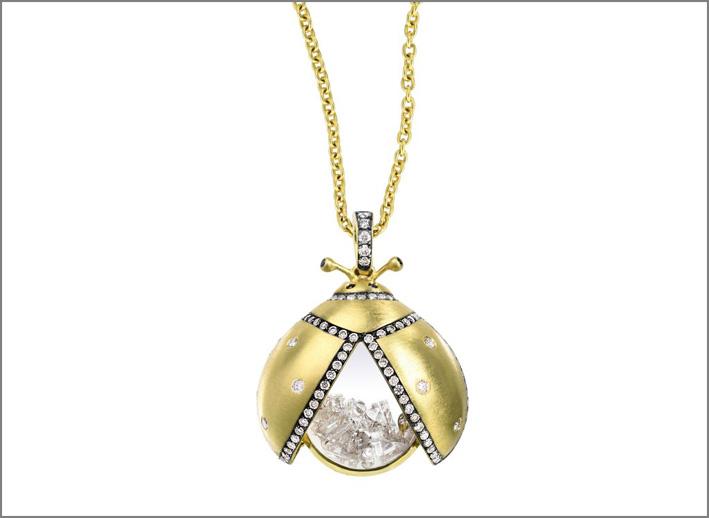 Collana a forma di coleottero in oro e diamanti