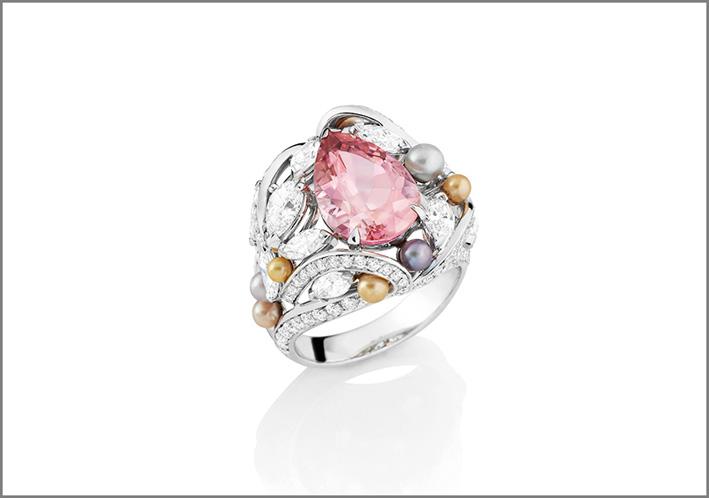 Anello Likoma in oro grigio, tormalina rosa taglio a pera, 10 perle rosa, grigie, bianche, dorate, diamanti