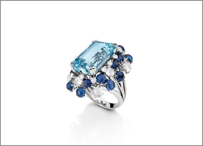 Anello Minorca in platino, acquamarina taglio smeraldo, zaffiri cabochon, diamanti