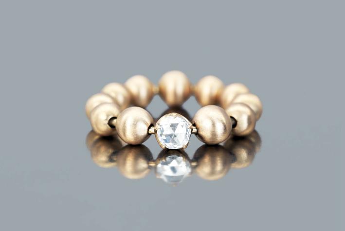 Ball & Chain Ring, con sfere d'oro lisce, realizzate a mano e diamante