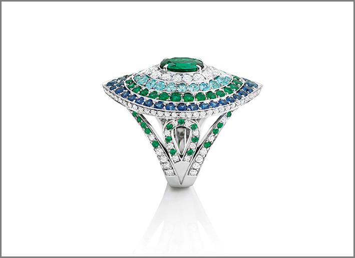 Anello GOa con smeraldo centrale, 110 diamanti, 22 tormaline paraiba, zaffiri, 60 smeraldi