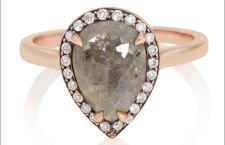 Anello con diamante grigio a pera. Prezzo: 3625 dollari