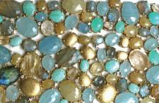 La texture del bracciale Ipanema in oro lavorato a mano, acquamarina, amazzonite, quarzo rutilato