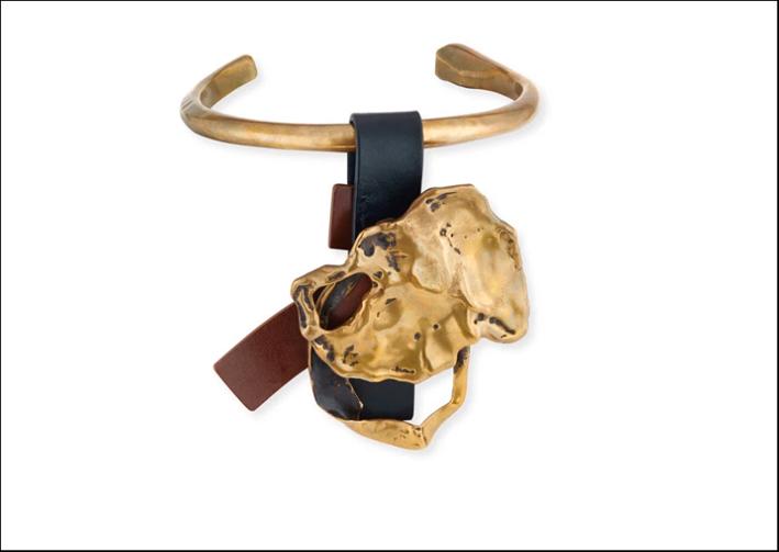 Collana girocollo in ottone dorato, con cinghie di cuoio,  medaglione in ottone fuso. Realizzata in Italia. Prezzo: 2400 euro