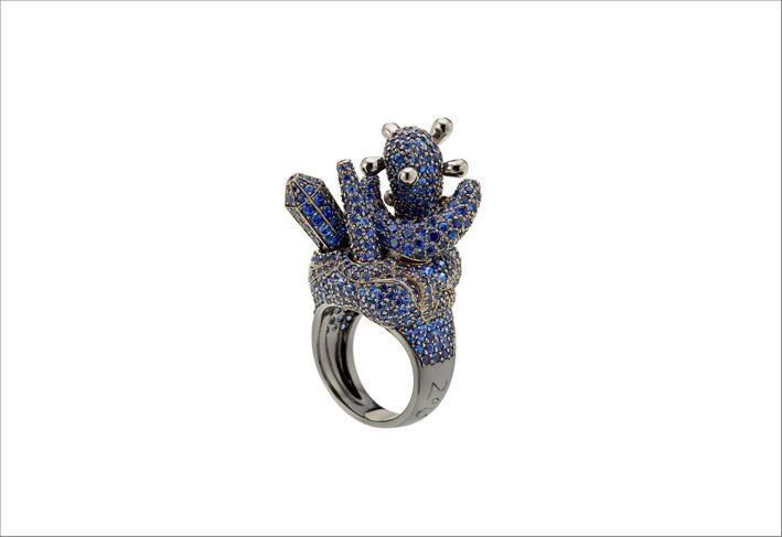Moon Ring di Aaron Curry, in oro bianco 18 kt annerito e zaffiri blu-