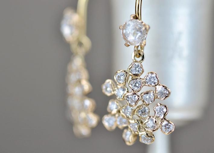 Orecchini in oro con cluster di diamanti