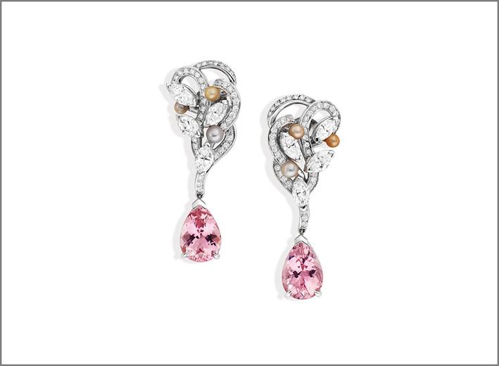 Orecchini Likoma, in oro grigio, tormaline rosa a forma di pera, perle rosa, grigie, bianche e dorate, diamanti