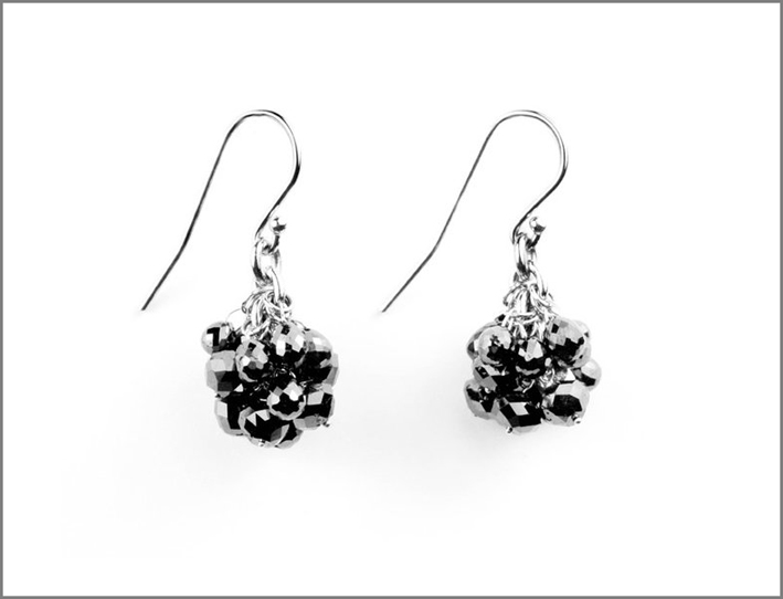 Orecchini con grappolo di diamanti neri