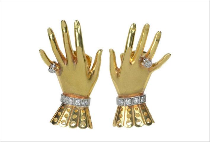 Orecchini a forma di mani in oro e diamanti