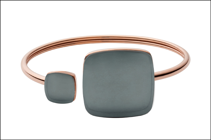 Bangle in acciaio lucido Rose Gold IP  con  cristalli color petrolio. Prezzo: 79 euro