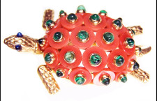 Spilla di Cartier a forma di tartaruga con corallo intagliato e smeraldi, circa 1950