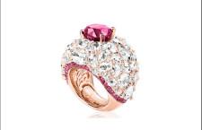 Anello con rubino ovale e diamanti su oro rosa