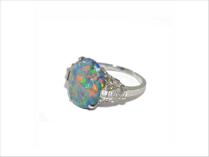 Anello in oro bianco con opale e diamanti