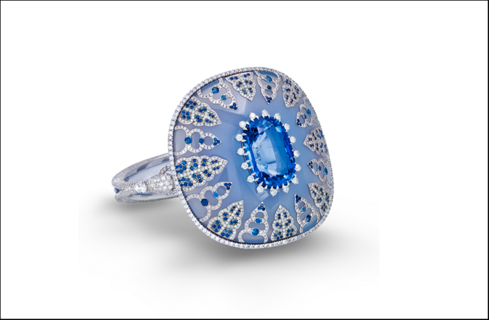 Boghossian, anello con zaffiro di Cylon incastonato in calcedonio intarsiato