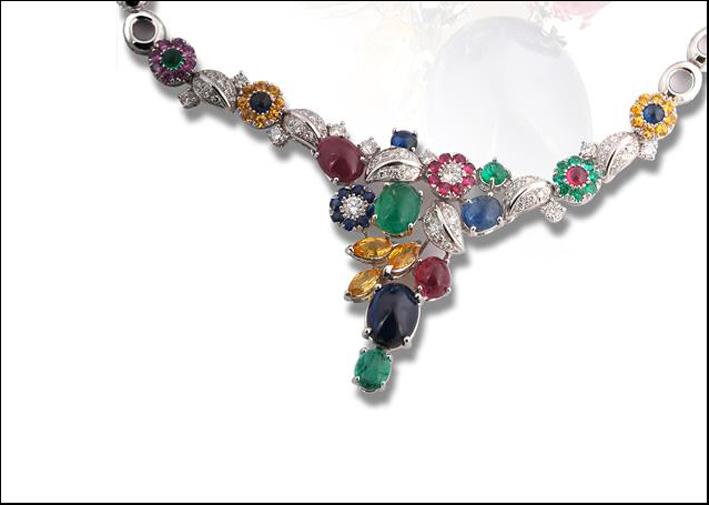 Collana con gemme colorate