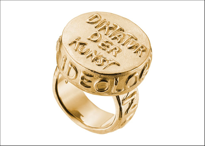 Jonathan Meese, anello DIktatur der Kunst, oro giallo. Prezzo: 8.900 euro