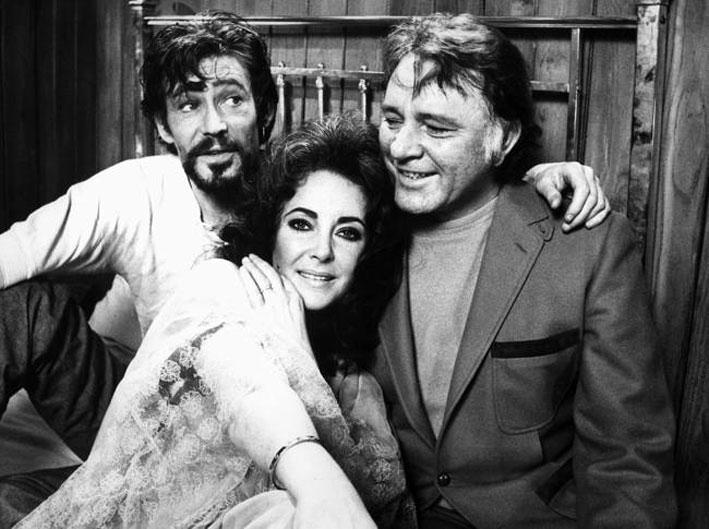 Liz Taylor, con Richard Burton, indossa il bracciale Love