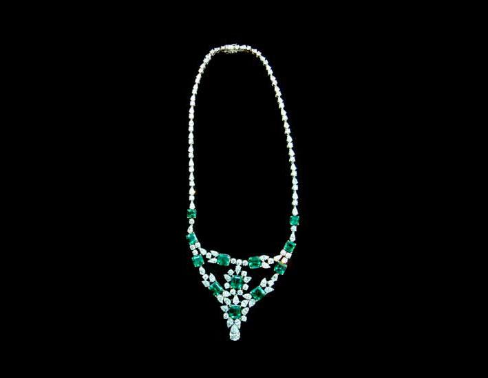 Collana in oro bianco, diamanti e smeraldi