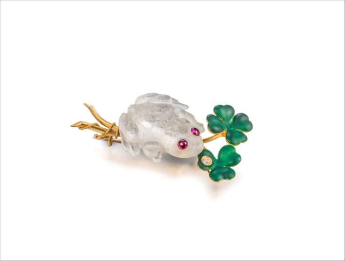 Spilla in pietra luna scolpita, rubini, diamanti e smalto verde