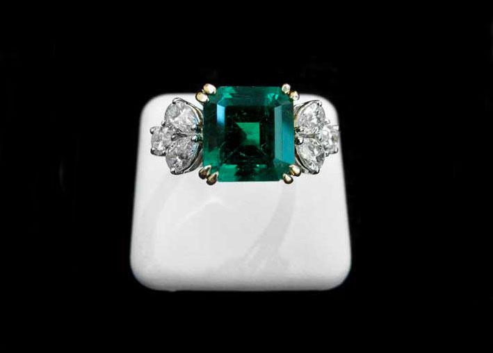 Anello con smeraldo di 5,89 carati