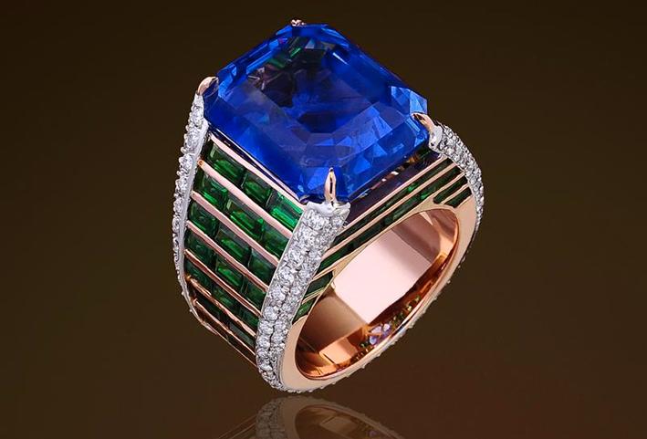 Anello in oro rosa, con tanzanite, diamanti e smeraldi