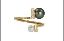 Anello asimmetrico, con perle di Thaiti, oro giallo, diamanti. Prezzo: 1500 sterline