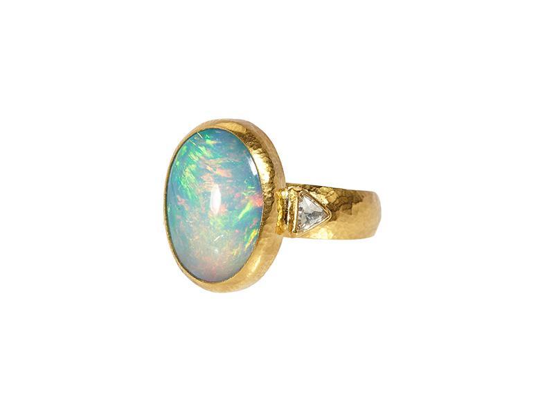 Anello in oro 24 carati con un opale ovale cabochon, diamanti laterali