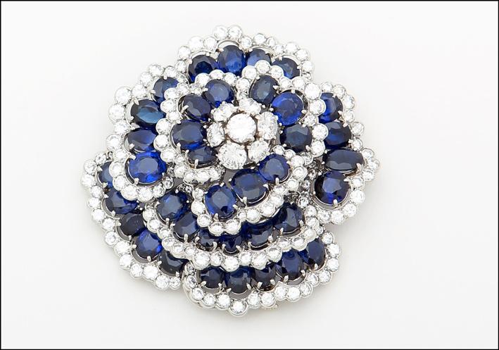 Spilla a forma di Camelia con platino, zaffiri e diamanti di Van Cleef & Arpels