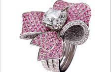 Hrh Jewels, collezione Embrace, anello a fiocco con diamante solitario e zaffiri rosa su oro bianco. Prezzo: 71500 euro