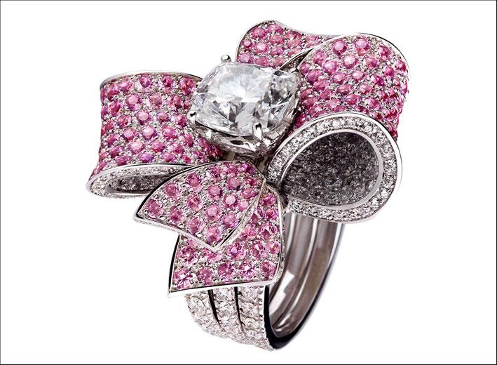 Collezione Embrace, anello a fiocco con diamante solitario e zaffiri rosa su oro bianco. Prezzo: 71500 euro
