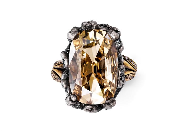 Anello con diamante giallo-marrone taglio miniera intrecciato da rami carbonizzati