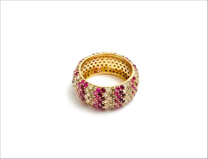 Anello in oro rosa con diamanti brown, zaffiri rosa e rubini