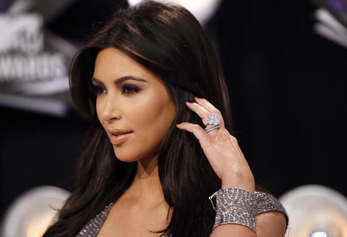 Kim Kardashian con l'anello di fidanzamento