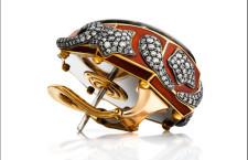 Orecchino con tormalina viola su una cornice ottagonale in oro e diamanti