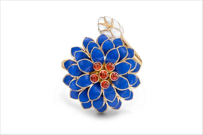 Fiore in oro giallo, smalto blu, rubini cabochon