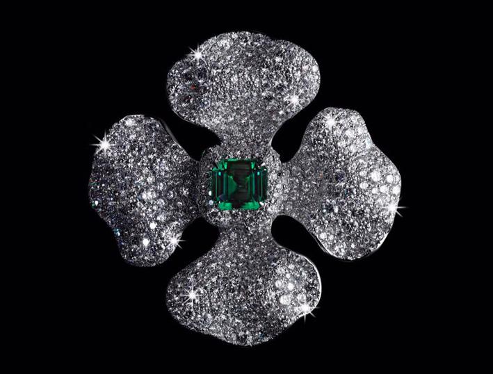 Diana Zahng, anello a quattro petali con pavé di diamanti e smeraldo