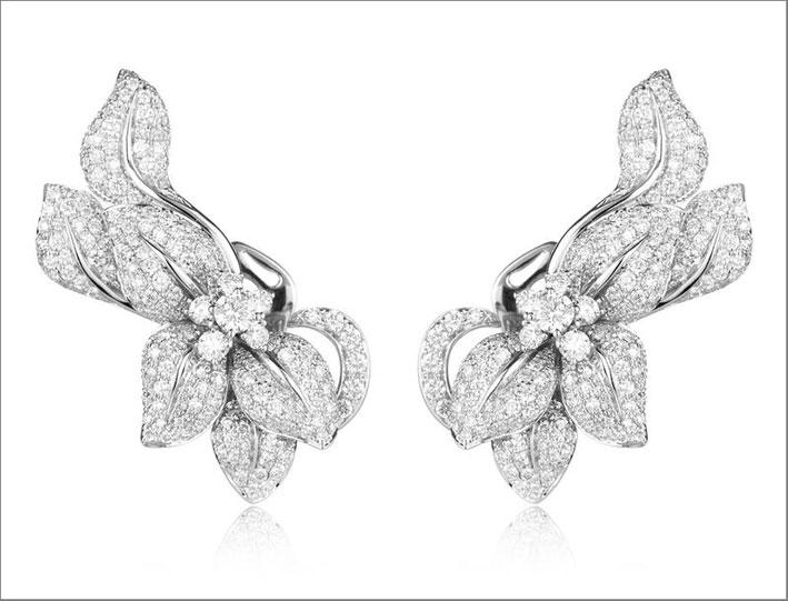 Orecchini della collezione Fleur de Lis, oro bianco e diamanti